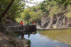 Путешественники, hikers около резервуара Путешествуйте приключение и пеший образ жизни деятельности, активных и здоровых на летни Стоковая Фотография RF