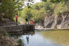 Путешественники, hikers около резервуара Путешествуйте приключение и пеший образ жизни деятельности, активных и здоровых на летни Стоковое Изображение RF