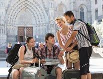 Путешественники sightseeing город с картой и камера стоковые изображения