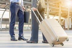 Путешественник бизнесмена с багажом на городе Стоковые Изображения RF