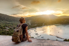 Путешественник битника молодой женщины наслаждаясь взглядом, заходом солнца на se Стоковое Изображение RF