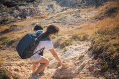 путешественник владением матери маленький к пешему туризму Стоковые Фото