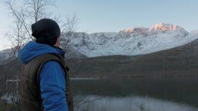 Путешественник встречает рассвет в горах сток-видео