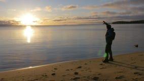 Путешественник встречает рассвет на береге большого озера Большее начало к новому дню сток-видео