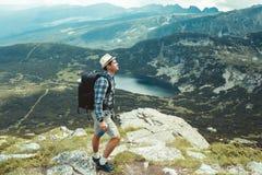 Путешественник в горах Стоковые Изображения RF