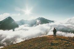 Путешественник в образе жизни перемещения ландшафта облаков гор Стоковая Фотография