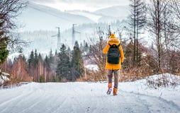 Путешественник в дороге горы зимы Стоковые Фотографии RF