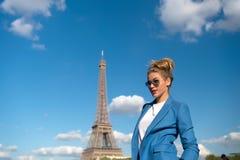 Путешественник в солнечных очках, куртка девушки в Париже, Франции Стоковая Фотография