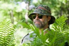 Путешественник в тропическом лесе. стоковое изображение