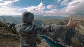 Путешественник, горы и облака сток-видео