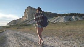Путешественник девушки идет к белой скале сток-видео