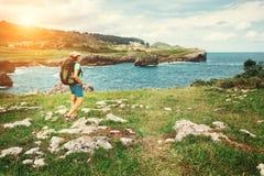 Путешественник девушки смотрит на красивом ландшафте моря Стоковая Фотография RF