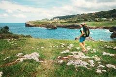 Путешественник девушки смотрит на красивом ландшафте моря Стоковое фото RF