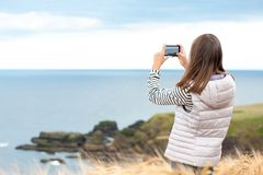 Путешественник девушки фотографируя в Шотландии Абердине и Grampian Стоковые Изображения