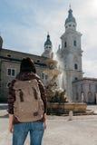 Путешественник девушки с рюкзаком около фонтана Стоковые Фотографии RF