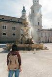 Путешественник девушки с рюкзаком около фонтана Стоковая Фотография RF