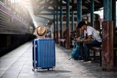 Путешественник ждет поезд на вокзале для перемещения летом стоковое изображение rf