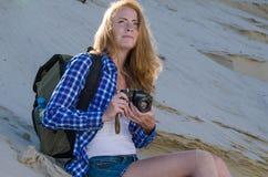 Путешественник женщины в пустыне Стоковая Фотография RF