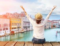 Путешественник женщины в шляпе с оружиями поднял на мосте в Венеции Стоковые Изображения RF