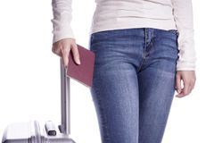 Путешественник женщины держа пасспорт и чемодан готовая каникула стоковые фотографии rf