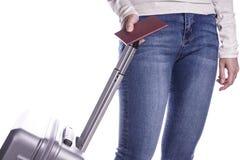 Путешественник женщины держа пасспорт и чемодан готовая каникула стоковое изображение