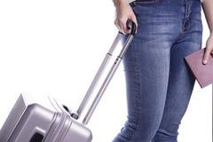 Путешественник женщины держа пасспорт и чемодан готовая каникула стоковая фотография