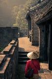 Путешественник женщины на Великой Китайской Стене стоковое изображение rf