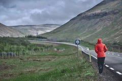 Путешественник женщины на предпосылке дороги Стоковое Изображение