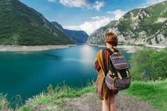 Путешественник женщины около гор и реки стоковое фото rf
