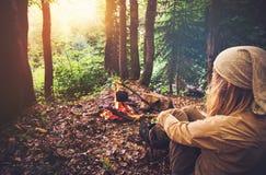 Путешественник женщины ослабляя в лесе и варя еду Стоковая Фотография RF