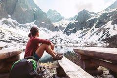 Путешественник женщины отдыхает около озера горы с красивым видом на s Стоковое Изображение RF