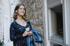 Путешественник женщины принимает вне деньги на ATM в Европе Стоковое Изображение