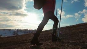 Путешественник женщины при рюкзак в горах Hiker силуэта идя в горы, свободу и счастье акции видеоматериалы