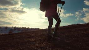 Путешественник женщины при рюкзак в горах Hiker силуэта идя в горы, свободу и счастье сток-видео