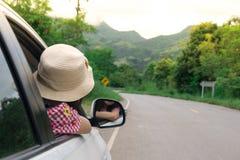 Путешественник женщины сидя в автомобиле Стоковое фото RF