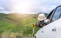 Путешественник женщины сидя в автомобиле Стоковое Фото