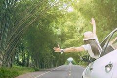 Путешественник женщины сидя в автомобиле Стоковая Фотография RF