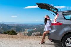Путешественник женщины сидя на автомобиле хэтчбека Стоковые Изображения