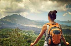 Путешественник женщины смотря вулкан Batur Индонезия Стоковое Изображение RF
