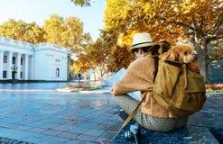 Путешественник женщины смотря ищущ направление на карте положения пока путешествующ за рубежом стоковая фотография rf