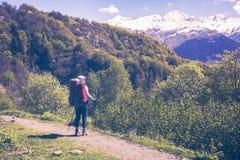 Путешественник женщины стоит на дороге горы Стоковые Изображения