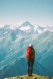 Путешественник женщины стоя на горах стоковые фотографии rf