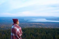 Путешественник женщины с красивым ландшафтом на предпосылке Стоковые Фото