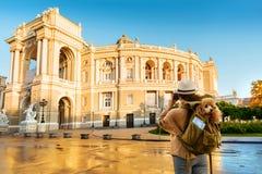 Путешественник женщины с собакой в рюкзаке делая изображения с камерой пока путешествующ стоковая фотография rf