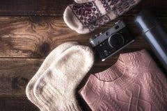 Путешественник зимы установил на деревянное взгляд сверху предпосылки Стоковые Фото
