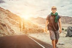 Путешественник идет на дорогу горы в индейце Гималаях Стоковые Фотографии RF