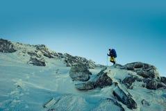 Путешественник идя вдоль гребня в зиме стоковые изображения rf