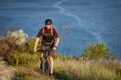 Путешественник имеет adventur на луге на береге реки Стоковое Изображение