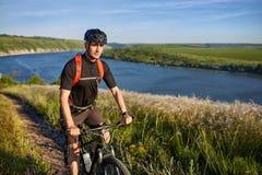 Путешественник имеет adventur на луге на береге реки Стоковая Фотография