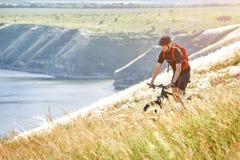 Путешественник имеет adventur на луге на береге реки Стоковые Фотографии RF
